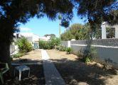 Villa fronte mare con ampio giardino verdeggiante